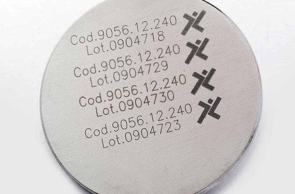 Protesi Znakowanie laserowe elementów medycznych wykonanych z kobaltu, stali M30NW i tytanu TA6V