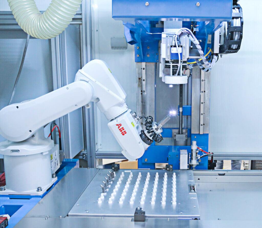 Robot01-1024x892 Znakowanie laserowe elementów medycznych wykonanych z kobaltu, stali M30NW i tytanu TA6V