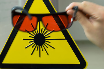 240_F_104222122_QK0QkSUrz5ZTmLHAUYAqRQXZjxJSq9u7 Jakiej klasy jest Twój laser? Co należy wiedzieć dla własnego bezpieczeństwa