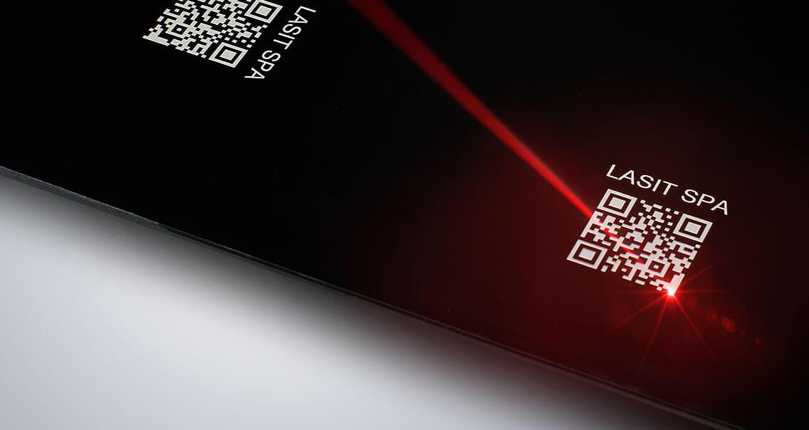 Foto-Articolo-LaserFibra-04-1 Automatyczne znakowanie laserowe tabliczek z systemem etykietowania