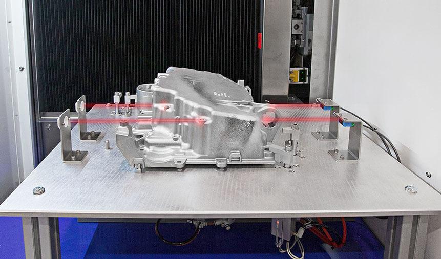 SensoriPresenzaPezzo Wykonywanie działań w trakcie pracy maszyny, samocentrowanie i integracja robotów w branży motoryzacyjnej