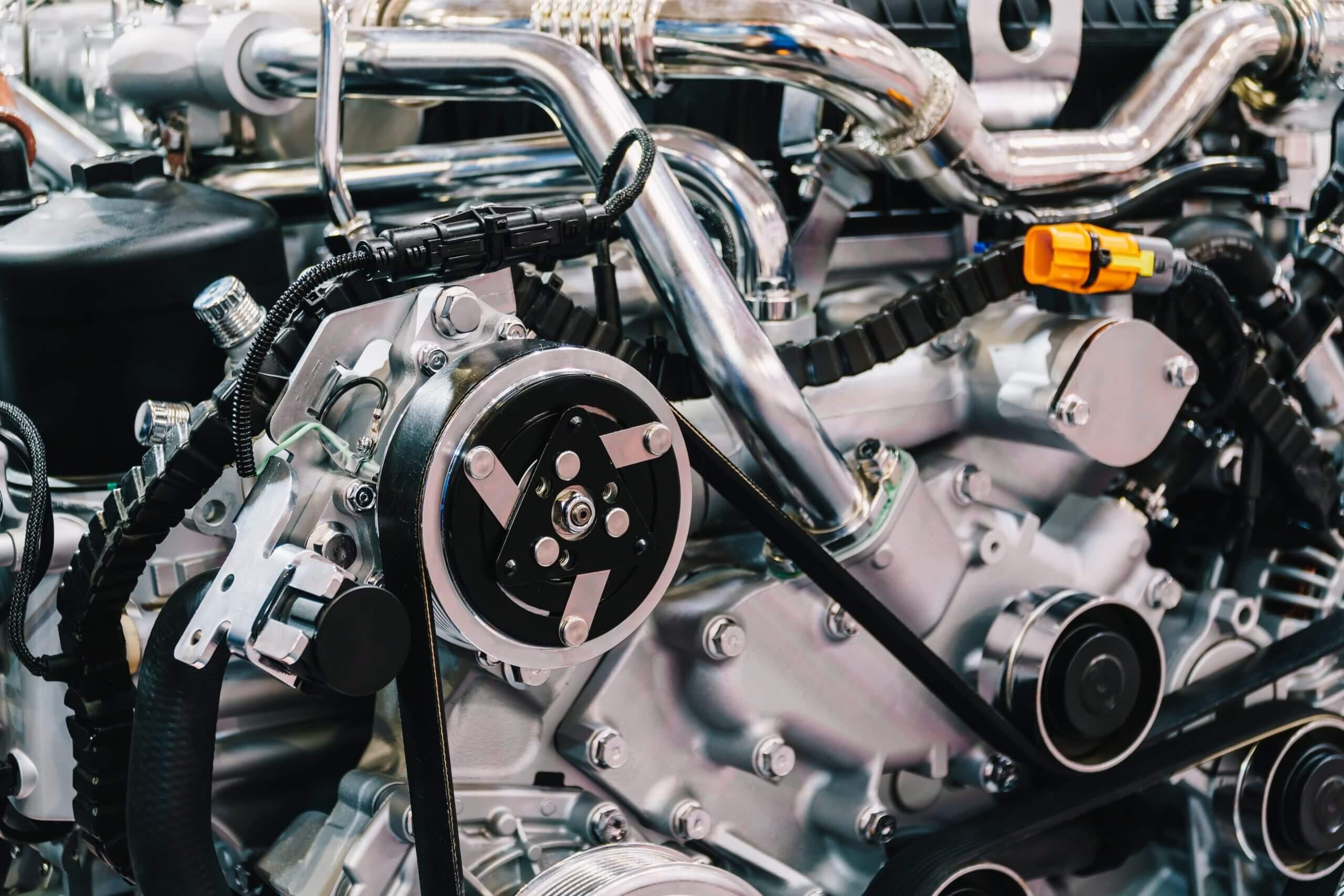 truck-engine-motor-components-in-car-service-inspe-84W6SYK-scaled-1 Automatyczne znakowanie laserowe tabliczek z systemem etykietowania