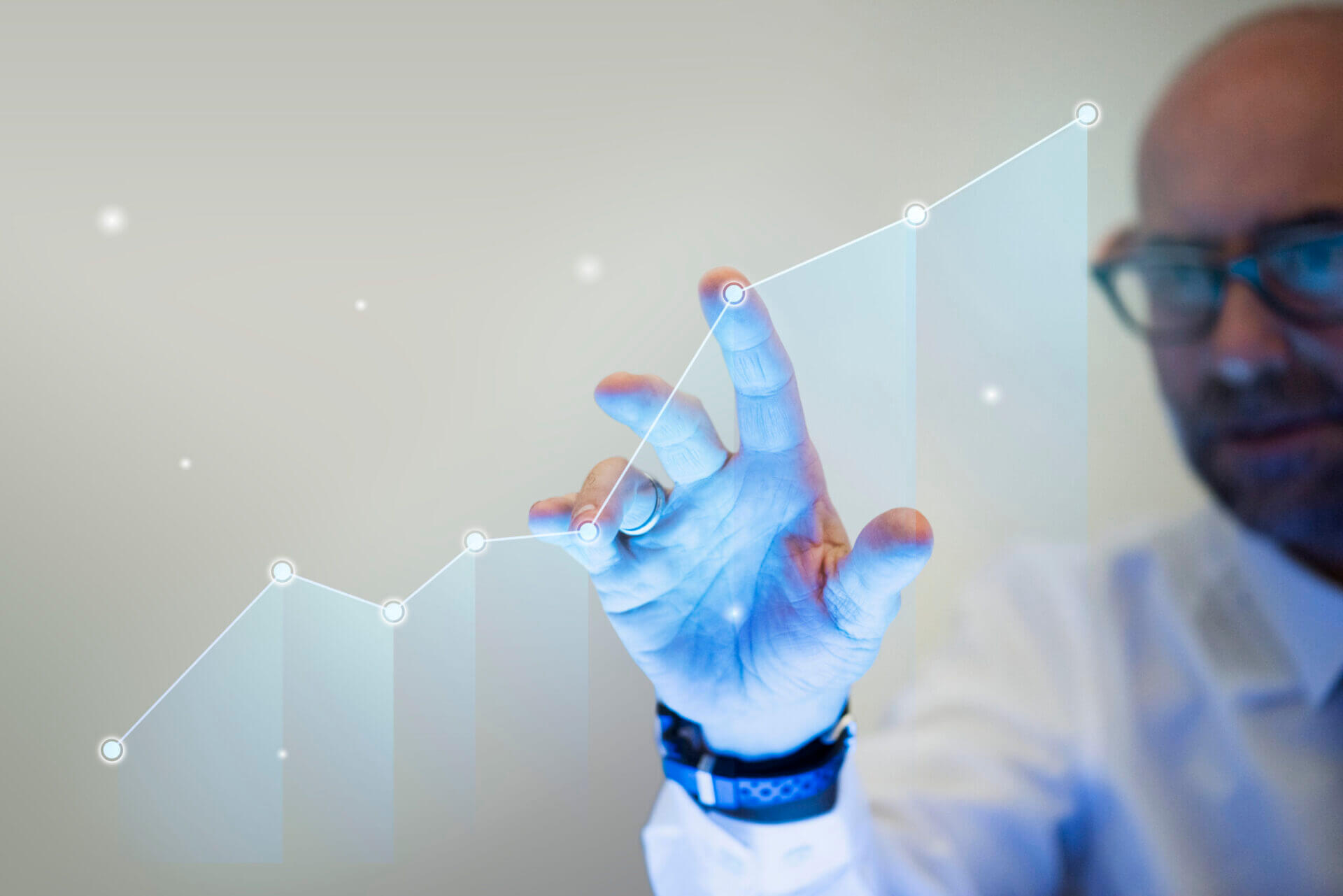businessman-pointing-his-finger-to-a-growth-graph-scaled-1 Automatyczne znakowanie laserowe tabliczek z systemem etykietowania